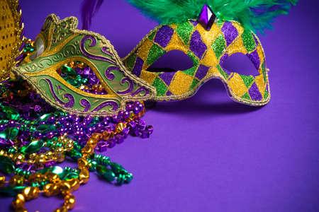 マルディグラ、ベニス風または紫色の背景にカーニバル マスクのお祭りのグループ化
