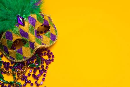 mascara de carnaval: Un, colorido carnaval festivo o carnivale máscara sobre un fondo máscara veneciana de color amarillo Foto de archivo