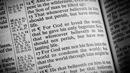 詩ジョン 3 16 に開かれた聖書 写真素材