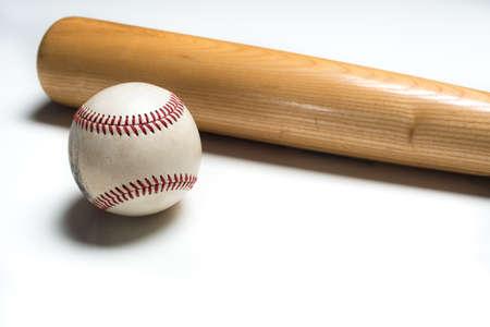 murcielago: Un bate de béisbol de madera y una pelota sobre un fondo blanco Foto de archivo
