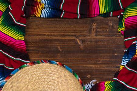 コピー スペースを持つ木製の背景に伝統的なメキシコのソンブレロとセラーベ毛布