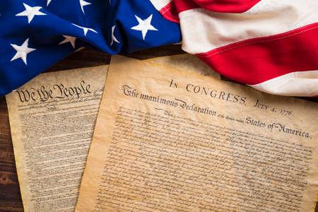 independencia: La Declaración de Independencia y la Constitución de los Estados Unidos de América con una bandera de la vendimia