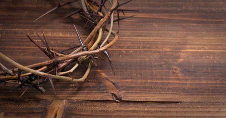 가시에 왕관, 나무 배경에 종교 기호 - 부활절 배경 스톡 콘텐츠 - 44662630