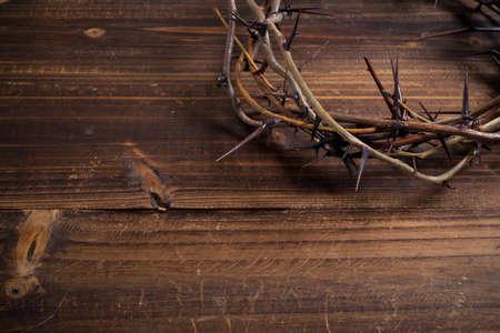corona rey: Una corona de espinas, un símbolo religioso en un fondo de madera - Fondo de Pascua Foto de archivo