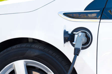 An electric car charging in California Banque d'images