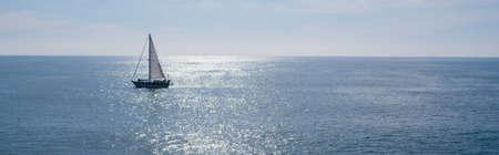 voilier ancien: Un bateau à voile, yacht sur une journée ensoleillée beutiful Banque d'images