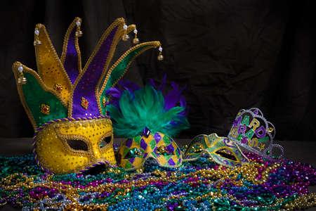 Een Venetiaanse, mardi gras masker of vermomming op een donkere achtergrond
