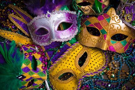 mascaras de carnaval: Un grupo de veneciano, máscara de carnaval o el encubrimiento sobre un fondo oscuro