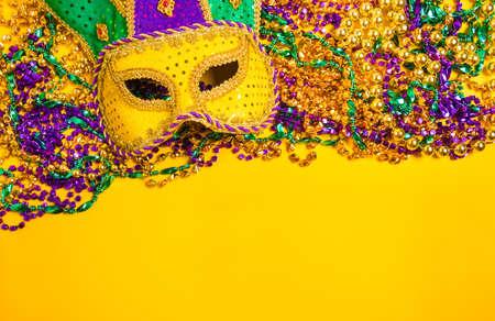 ベネチアン、マルディグラ マスクまたは黄色の背景に変装 写真素材