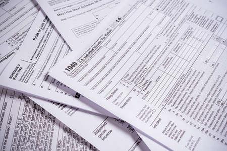 鉛筆でアメリカ合衆国税フォーム各種