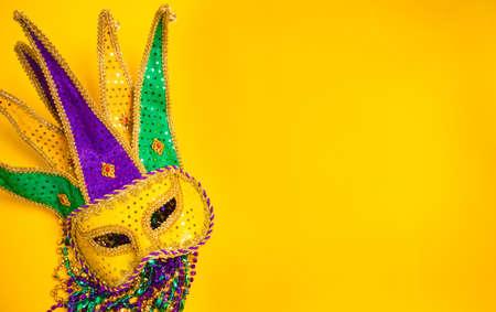 mascaras de carnaval: Una, la máscara de carnaval veneciano o el encubrimiento sobre un fondo amarillo