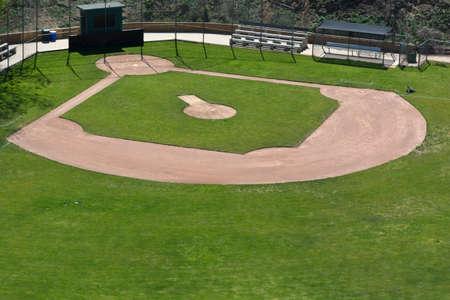 Little League baseball veld met groene gras en vuil