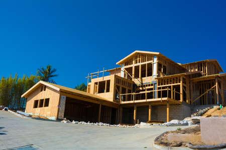 materiales de construccion: Encuadre de madera para la construcci�n de un nuevo hogar Foto de archivo