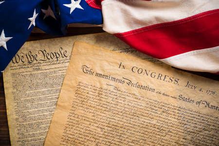 constitucion: La Declaración de Independencia y la Constitución de los Estados Unidos de América con una bandera de la vendimia