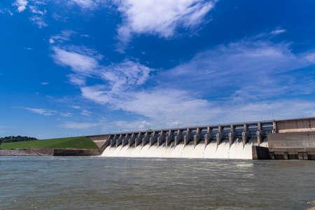 Wasser rauscht aus offenen Toren eines Wasserkraftwerks Standard-Bild