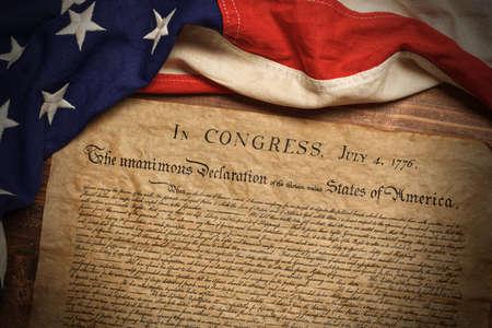 Unabhängigkeitserklärung der Vereinigten Staaten mit einer alten amerikanischen Flagge