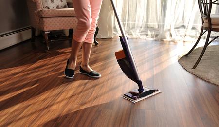 Moderne mop voor het reinigen van houten vloer tegen stof, schoonmaak Stockfoto