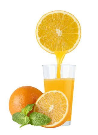 coctel de frutas: Glass of fresh orange juice with oranges on a white background