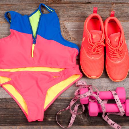 Gym-outfit - trainingskleding, sport-bh, sneakers, halters en maat. Vrouwelijk zomerzwempak