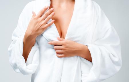 白いバスローブでお風呂の後の美しい女性。身体介護の概念 写真素材