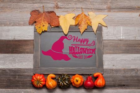 楽しいハロウィンをお過ごし下さい。カボチャと秋の木製の背景を葉します。秋のコンセプト 写真素材