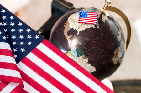 Feliz día de Colón. Bandera de los Estados Unidos. Globo terraqueo Foto de archivo - 87417664