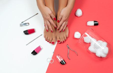 Zabieg pielęgnacyjny na skórę i paznokcie. Piękne kobiece stopy w salonie spa na zabieg pedicure i manicure