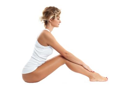 Hermosa mujer con suave piel suave en lencería blanca. Belleza, spa y depilacion Foto de archivo - 99224516
