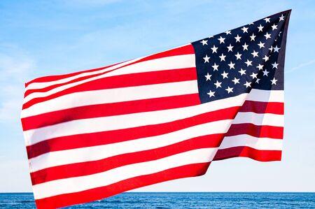 Bandera americana sobre fondo de cielo azul. Día de la Independencia de Estados Unidos, 4 de julio. Bandera de estados unidos