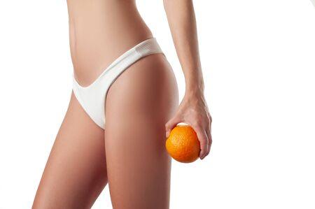 Hautpflege und Anti-Cellulite-Massage. Perfekte Frau ohne Cellulite im Höschen. Schöner Frauenkörper Standard-Bild