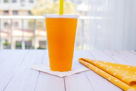 Bubble mango tea on the wood table Imagens