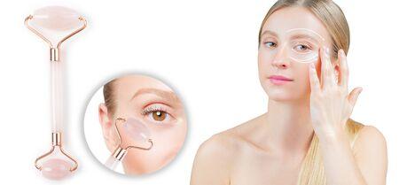 Trattamento antietà rughe sotto gli occhi con rullo di giada. Donna con una pelle perfetta del viso dopo il massaggio.