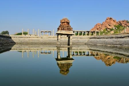 karnataka: Antigua piscina de agua y el templo Krishna en el mercado, Hampi, Estado de Karnataka, India Foto de archivo