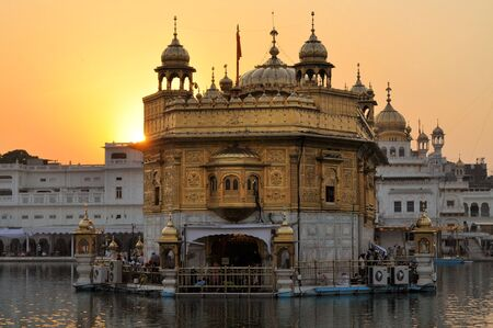 darbar: Il Harmandir Sahib, anche Darbar Sahib e informalmente indicato come il Tempio d'Oro, � il pi� santo gurdwara Sikh si trova nella citt� di Amritsar, Punjab, India