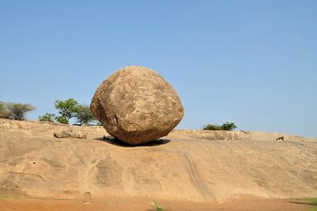 tamil nadu: Krishnas butterball balancing giant natural rock stone. Mamallapuram - Mahabalipuram, Tamil Nadu, India Stock Photo