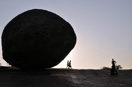 tamil nadu: Krishnas butterball balancing giant natural rock stone. Mamallapuram - Mahabalipuram, Tamil Nadu, India Editorial