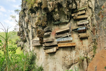relics: Philippinos in the mountain region of Sagada used to hang coffins with their dead down a cliff as a burial tradition in Echo Valley, Sagada, Northern Luzon, Philippines Stock Photo