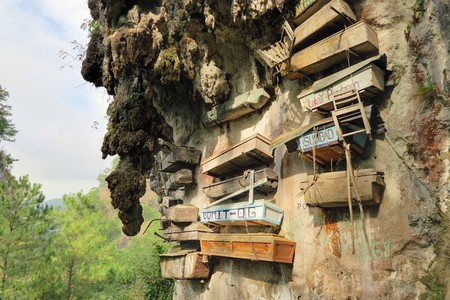 coffins: Philippinos in the mountain region of Sagada used to hang coffins with their dead down a cliff as a burial tradition in Echo Valley, Sagada, Northern Luzon, Philippines Stock Photo