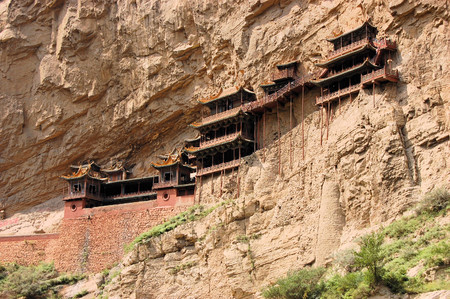 Hanging monastery temple suspended on long wooden poles near Datong, China, touristic spot in Shanxi Province Banco de Imagens