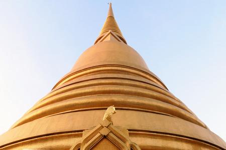 vihara: Golden pagoda at Wat Bowonniwet Vihara, Bangkok