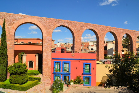 mining town: Spanish colonial aquaeduct providing water in former silver mining town of Zacatecas, Central Mexico