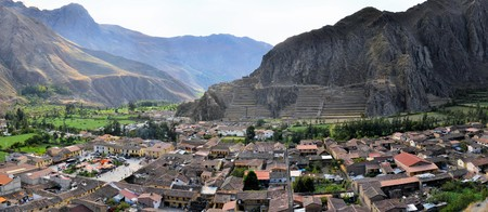 sacred valley: Ollantaytambo is an old Inca fortress and town the hills of the Sacred Valley between Machu Picchu and Cuzco in the Andes mountains of Peru, South America Stock Photo