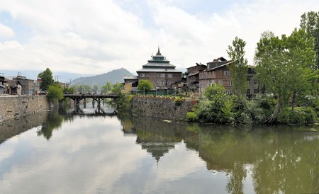 house float on water: Mosque along the Jahelum river in Srinagar old town, Kashmir, India