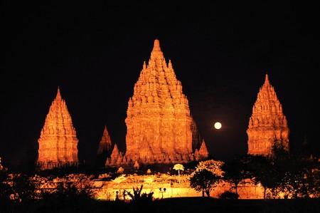 Prambanan Hindu temple at night with the full moon appearing between 2 of the towers, Yogyakarta, Java, Indonesia Standard-Bild