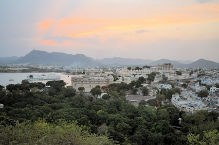 haveli: A view of Udaipur city palace at the shores of Pichola lake in Udaipur, Rajasthan, India Stock Photo