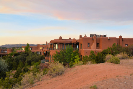 House in architecture typical for Native New Mexico in the old town of Santa Fe, USA Standard-Bild