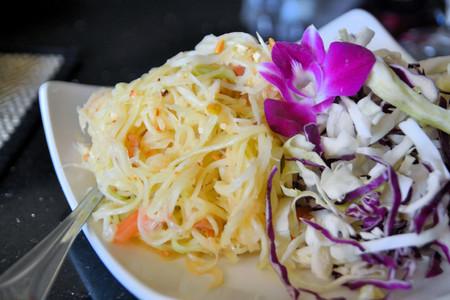 tam: Spicy Green papaya salad Som Tam, Thai food Stock Photo