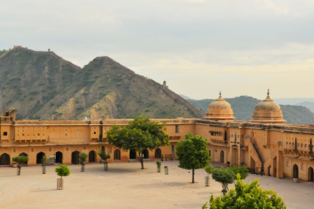 maharaja: Great wall fortifications in the mountains around Amber fort in Jaipur, pink city in Rajasthan, North India