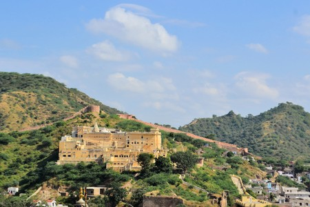 amber fort: Great wall fortifications in the mountains around Amber fort in Jaipur, pink city in Rajasthan, North India