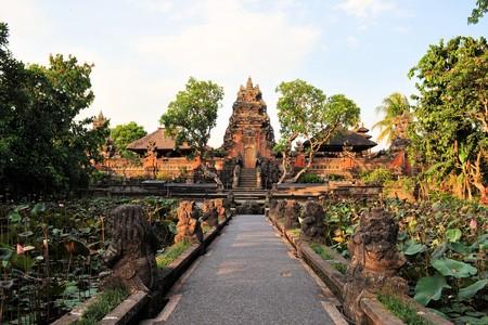 Lotus vijver en Pura Saraswati tempel in Ubud, Bali, Indonesië. Redactioneel